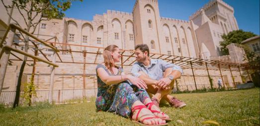 Moment de détente en amoureux dans les jardins d'Avignon.