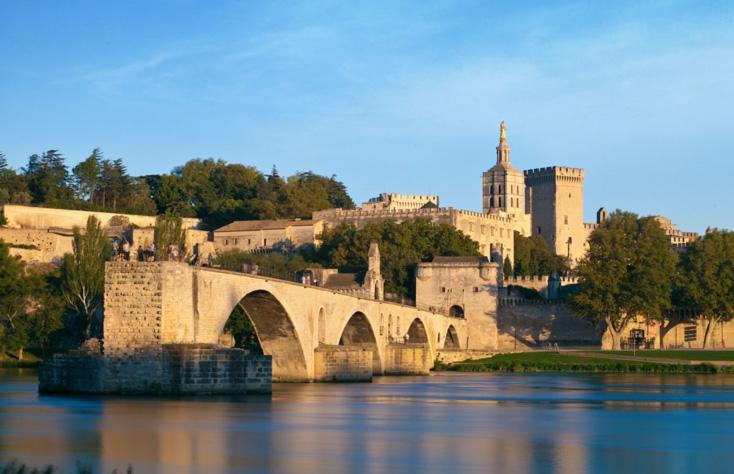 Sur le pont d'Avignon on y fait des slows en amoureux.